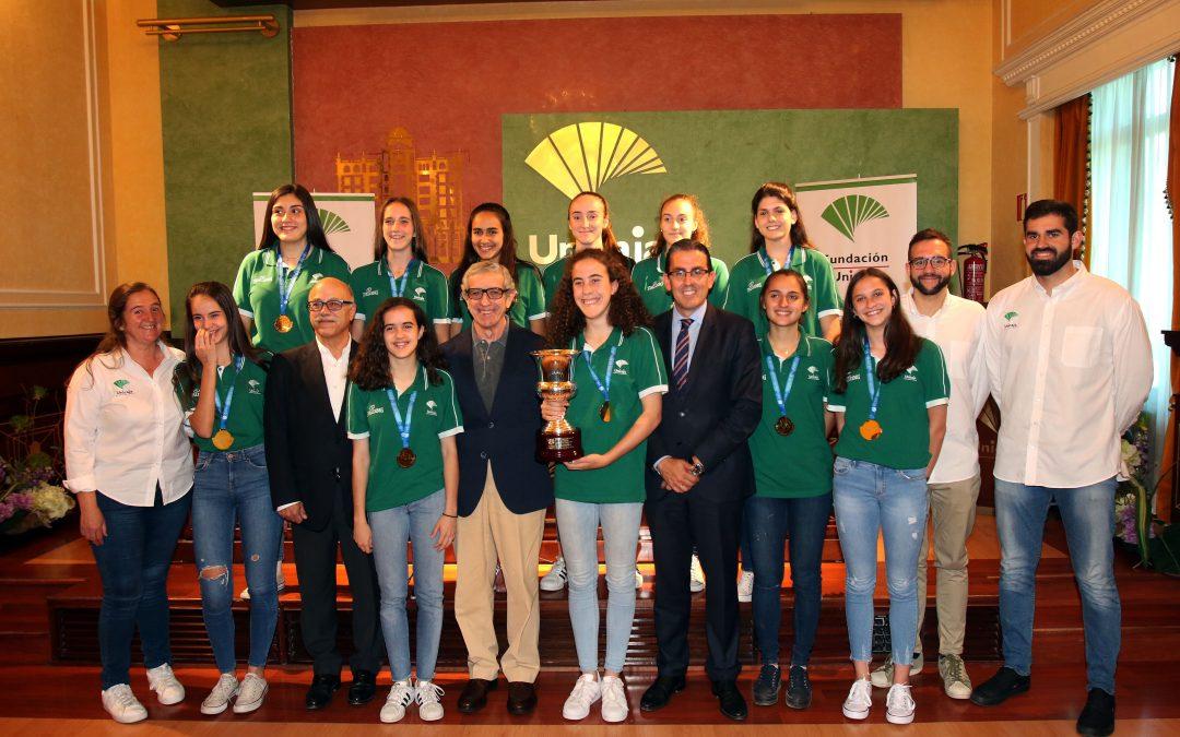 El presidente de la Fundación Unicaja recibe a las jugadoras del equipo femenino infantil de Baloncesto