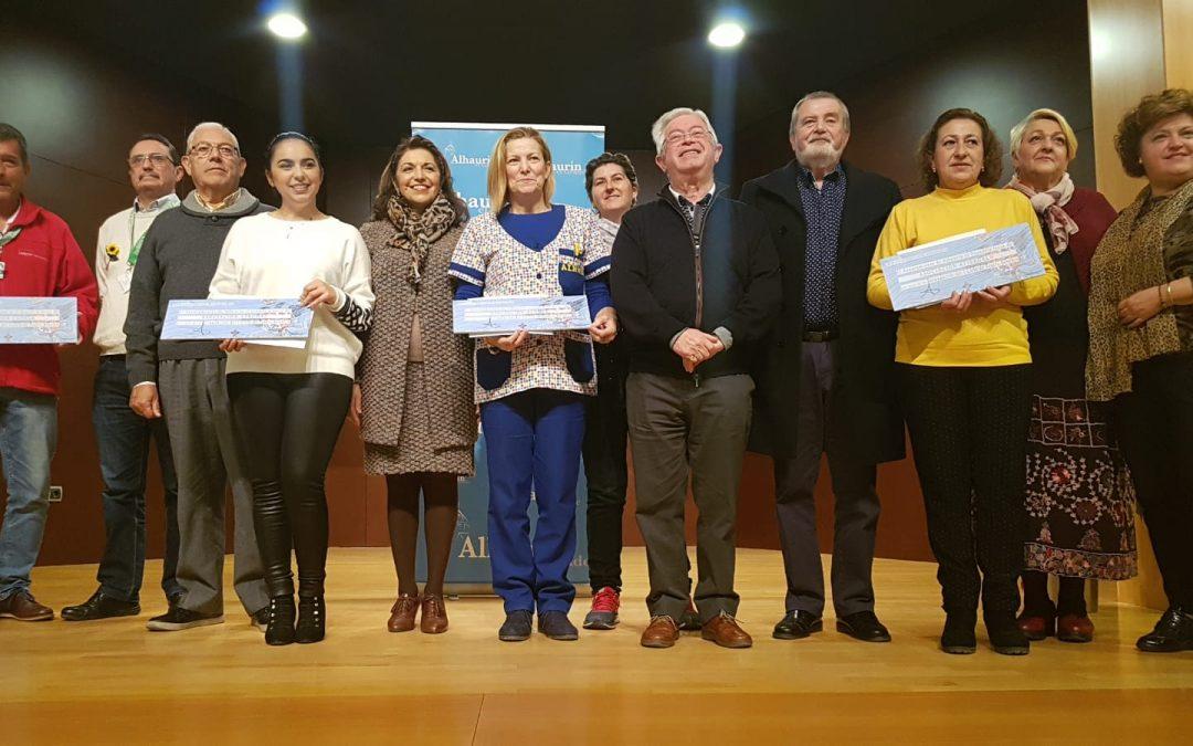 """Entrega de fondos recaudados por la Asociación Cultural de Técnicos Teatrales de Torremolinos en su obra """"Un Espíritu Burlón"""" a Cudeca"""