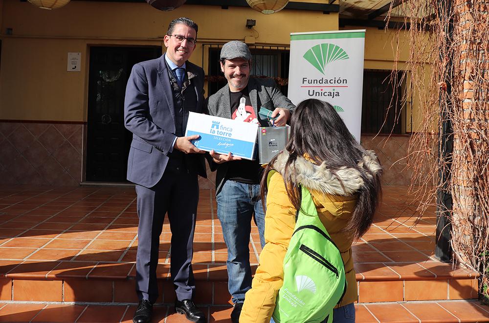 Fundación Unicaja y el chef Sergio Garrido reparten regalos de Navidad a los niños y jóvenes atendidos por la Asociación Mundo Infantil