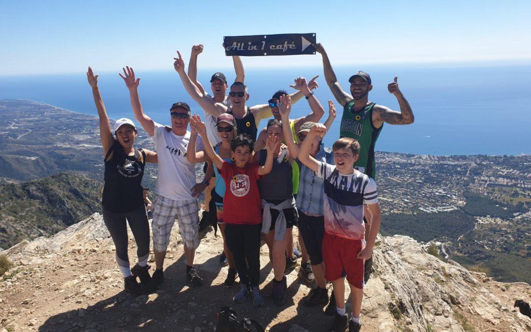 Un pequeño grupo de excursionistas solidarios  recauda fondos por CUDECA en All in 1 Café
