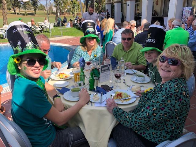 Gran recaudación de fondos en la celebración de San Patricio  con las Cudeca Goldies en el hotel Tamisa Golf