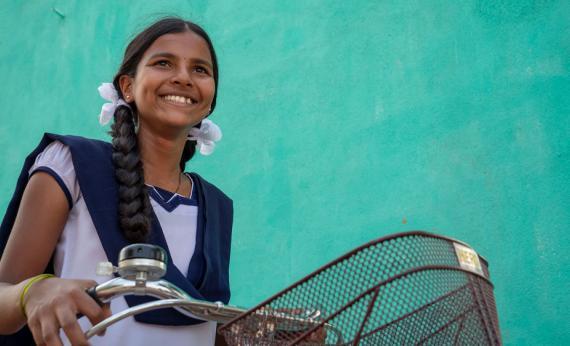 """""""Bicicletas con poder"""", la campaña de la Fundación Vicente Ferrer para evitar que las adolescentes abandonen la escuela"""