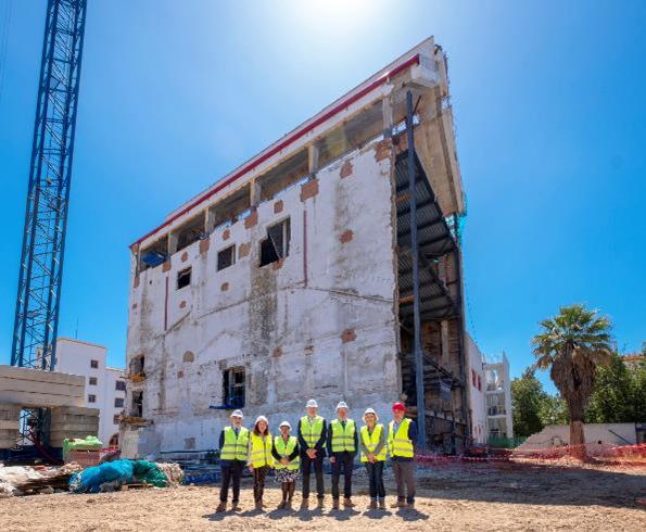 El alcalde de Sevilla visita las obras de la futura «Fábrica de Experiencias» de Cruzcampo