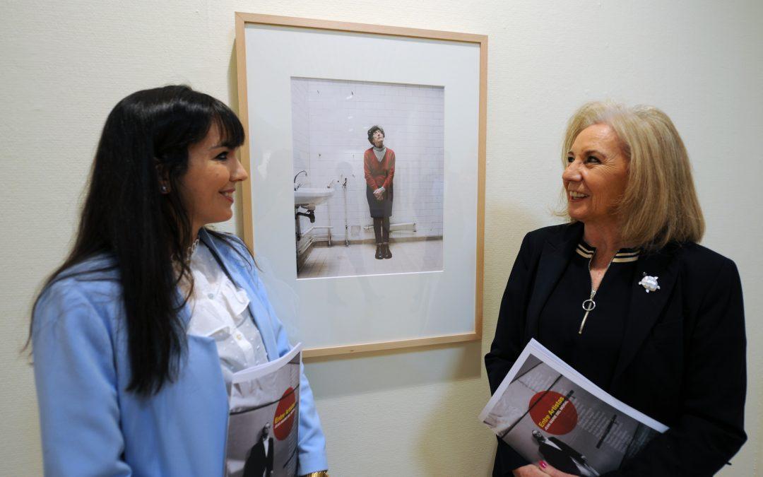 El Centro de Exposiciones de CajaGranada en Puerta Real acoge de la exposición 'Entre artistas', dedicada al fotógrafo Jean Marie del Moral