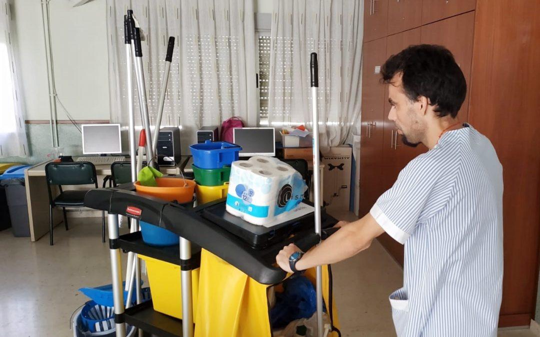 Tres alumnos de la formación en Limpieza de Superficies y Mobiliario para personas con discapacidad firman su primer contrato de trabajo