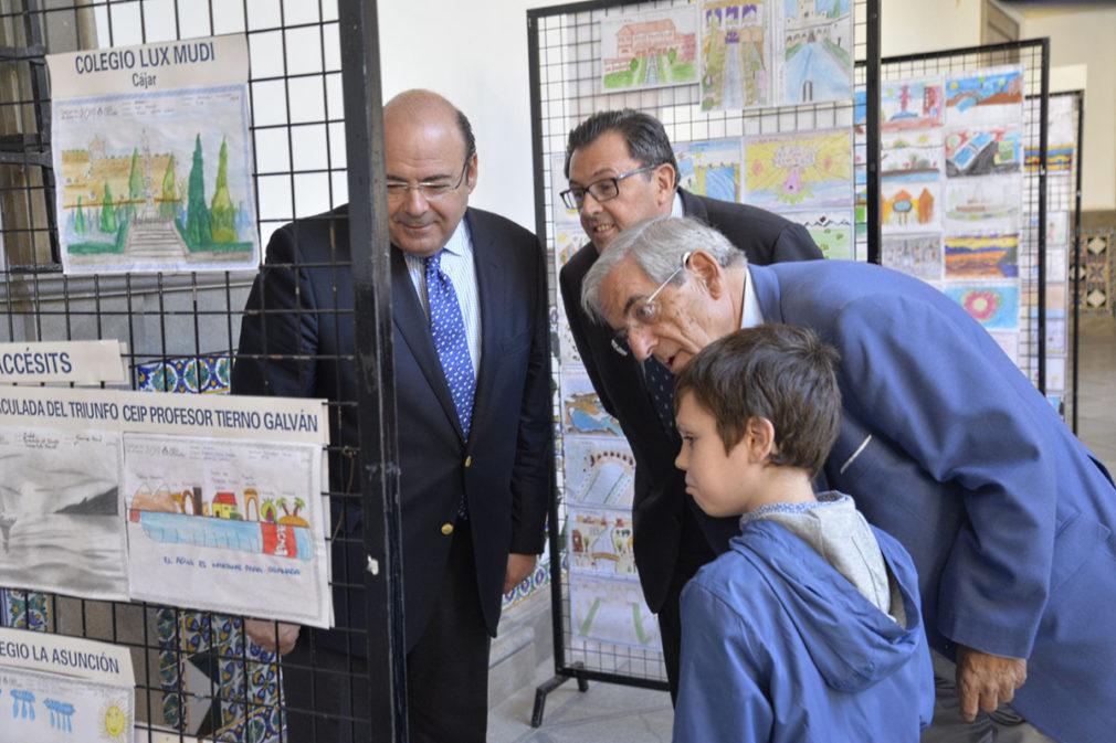 AguaGranada expone las redacciones y dibujos de su concurso escolar en el Patio del Ayuntamiento