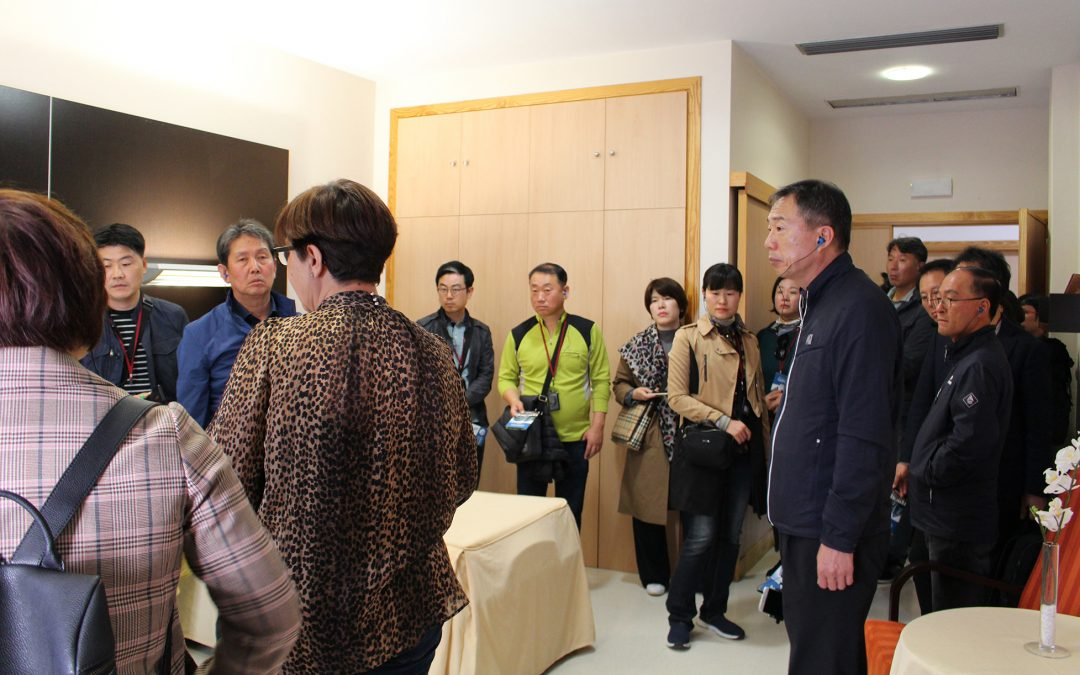 Funcionarios del gobierno de Corea del Sur conocen el centro de mayores Gerón de Sevilla