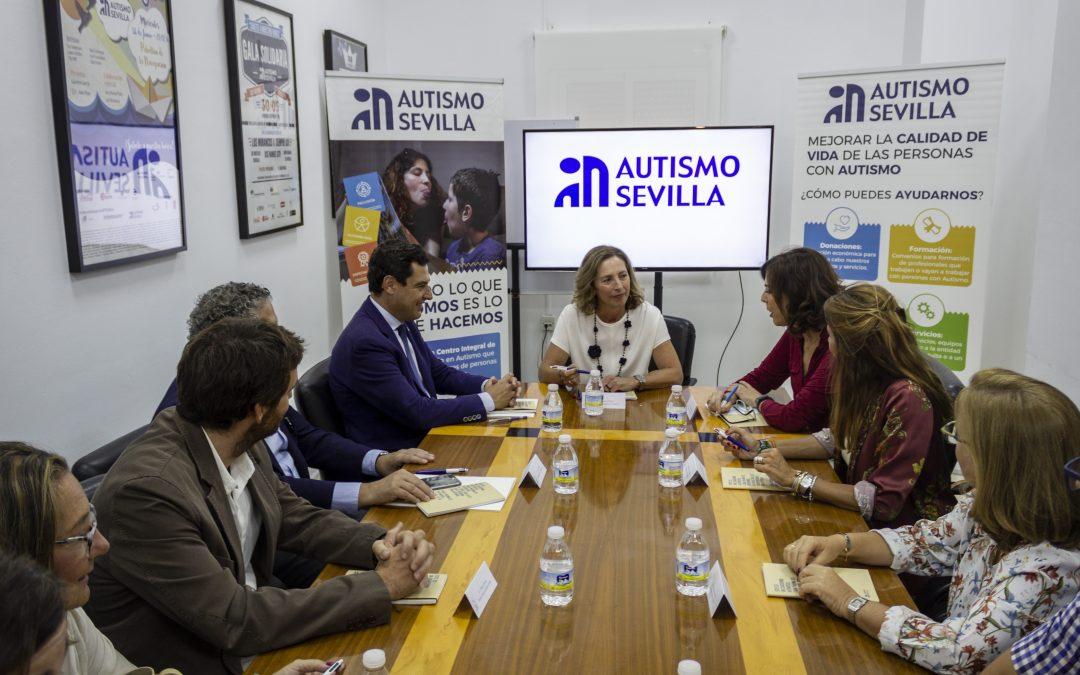 El Presidente de la Junta, Juanma Moreno, visita Autismo Sevilla