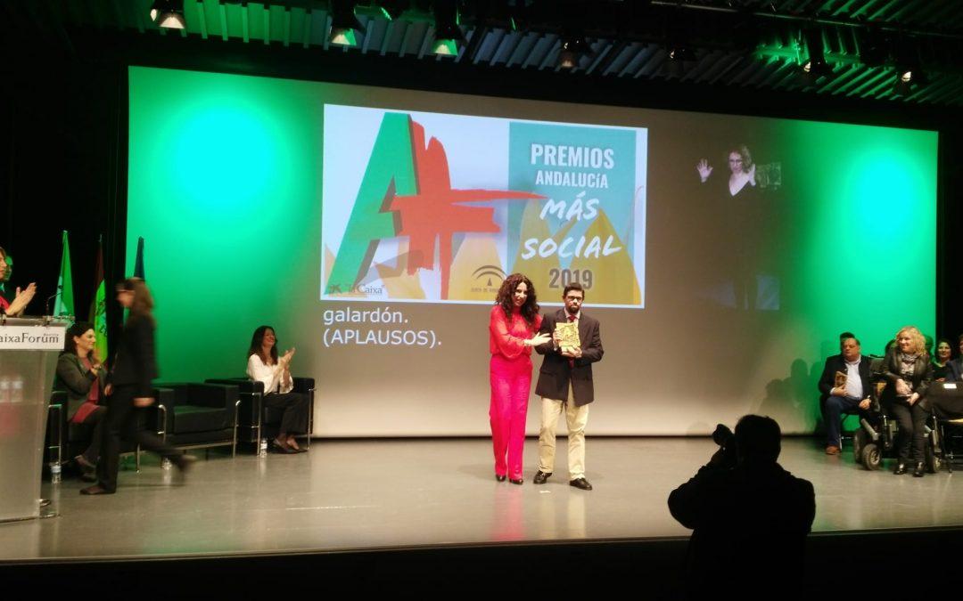 Luis Fernando Nieto, voluntario de Madre Coraje, recibió ayer el 'Premio Andalucía + Social' al Voluntariado