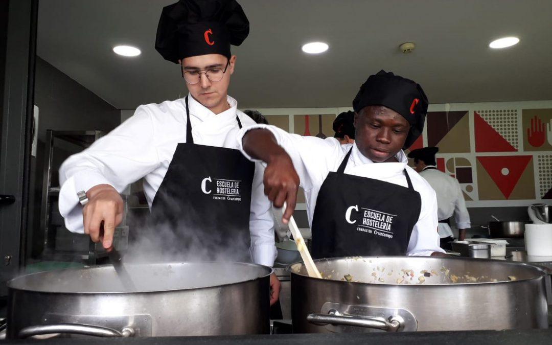 La Fundación Cruzcampo impulsa programas de aprendizaje en el sector de la hostelería para colectivos en riesgo de exclusión social