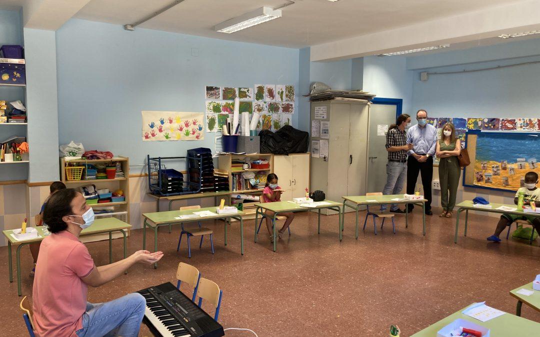El Comisionado para el Polígono Sur y la Directora-Gerente de la Fundación BarenboimSaid visitan el taller de música de la Escuela de Verano de Entre Amigos