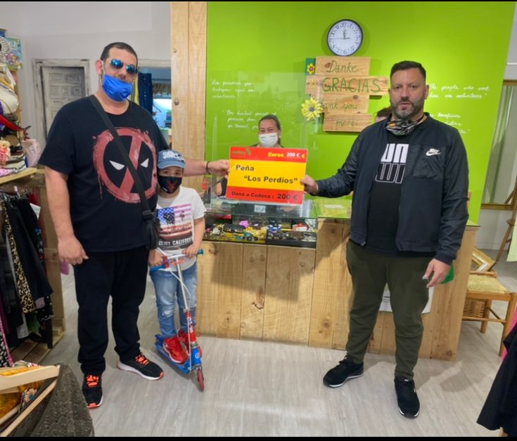 La Peña Los Perdíos de Fuengirola entrega su donación a Cudeca
