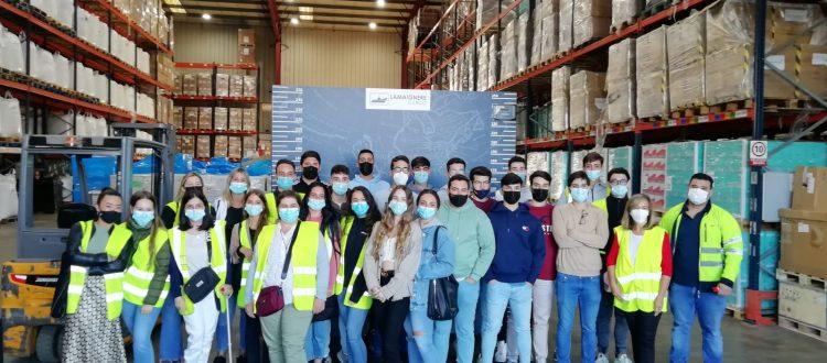Alumnos de 2º de AFI de la Escuela Profesional Vedruna visitan el almacén  de la ZAL Sevilla de la Fundación Lamaignere